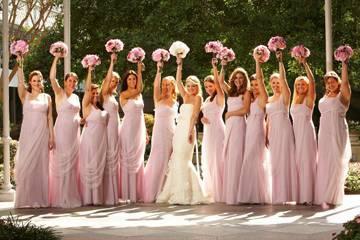 Одинаковые платья для подружек невесты: фото и советы по выбору