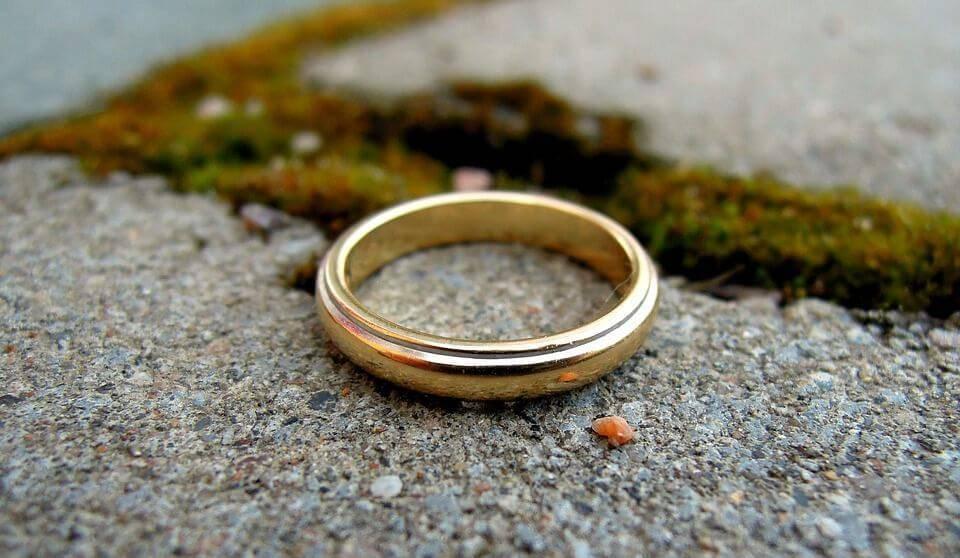Потерять обручальное кольцо: народные приметы для мужа и жены, как снять негатив