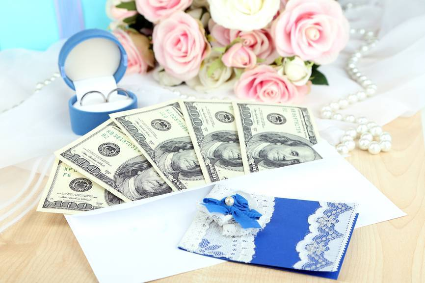 Как красиво подарить деньги на свадьбу: лучшие варианты