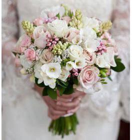Букет невесты из кустовых роз (74 фото): свадебные композиции из роз с белыми эустомами, синими фрезиями и красными альстромериями