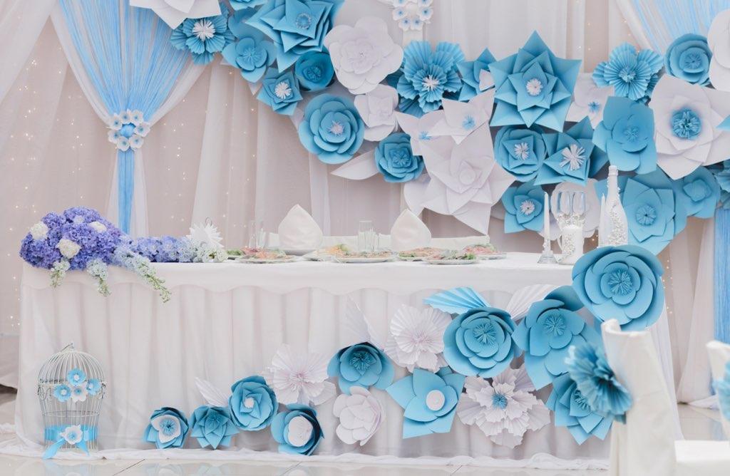 Большие бумажные цветы в оформлении залов