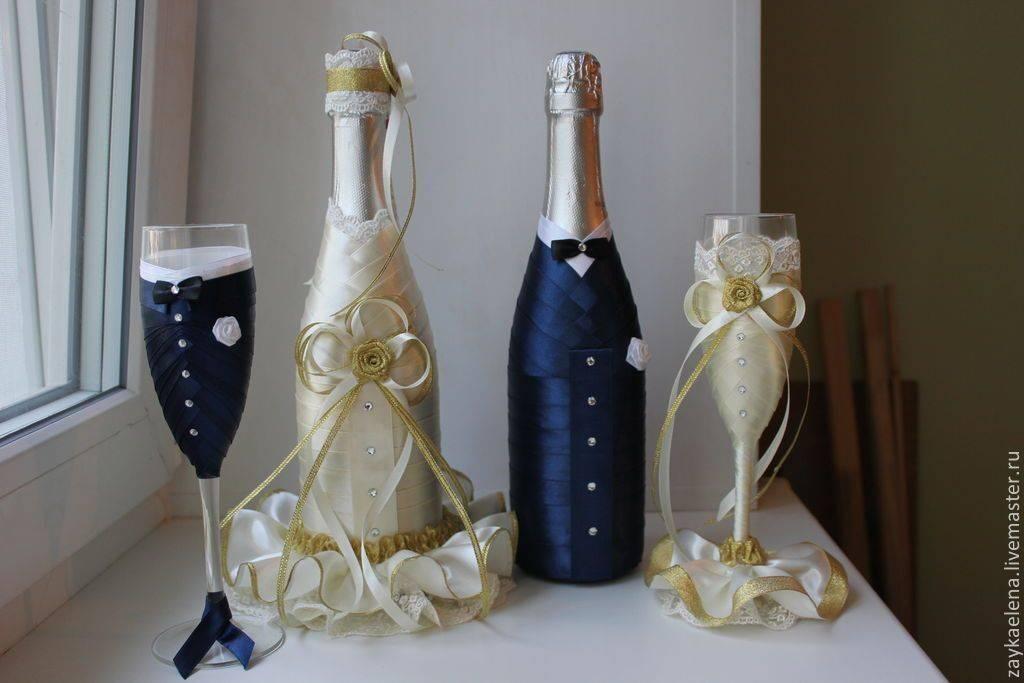 Яркое оформление бутылок и бокалов на свадьбу