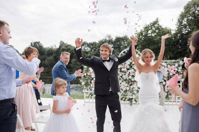 Прикольные подарки на свадьбу: лучшие идеи с фото