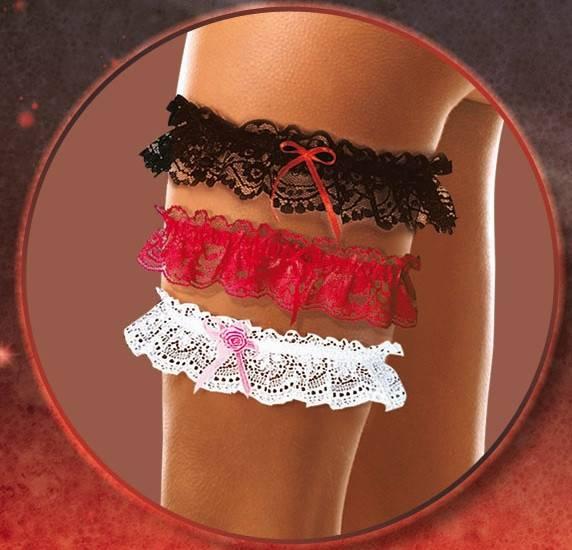 Подвязка невесты: зачем нужна, на какую ногу надевается и кто ее бросает?