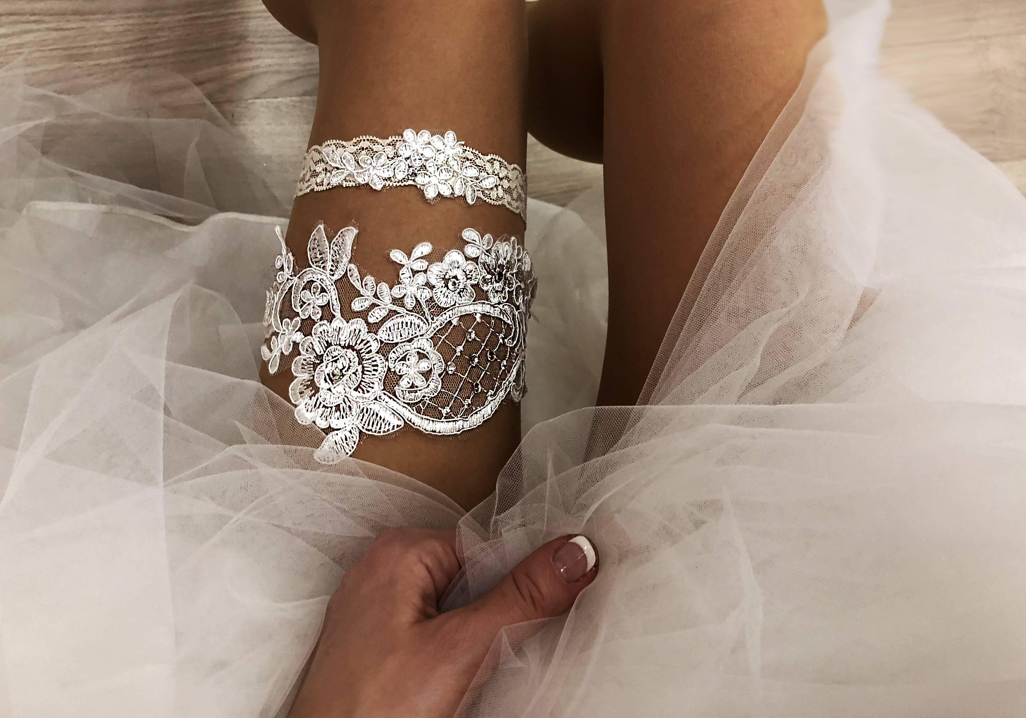 Подвязка невесты (32 фото): на какую ногу надевают подвязку на свадьбе? для чего нужен такой аксессуар?
