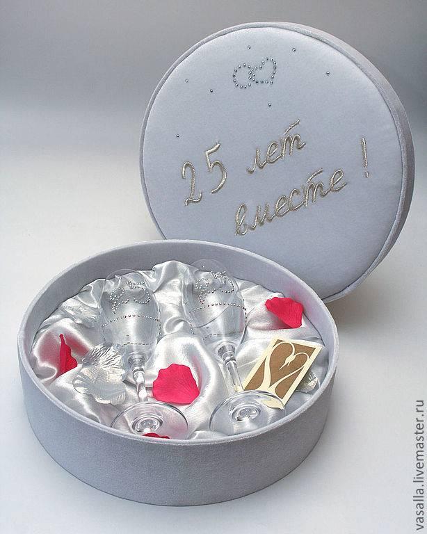 Что подарить друзьям на серебряную свадьбу? оригинальные и недорогие подарки на годовщину 25 лет из серебра