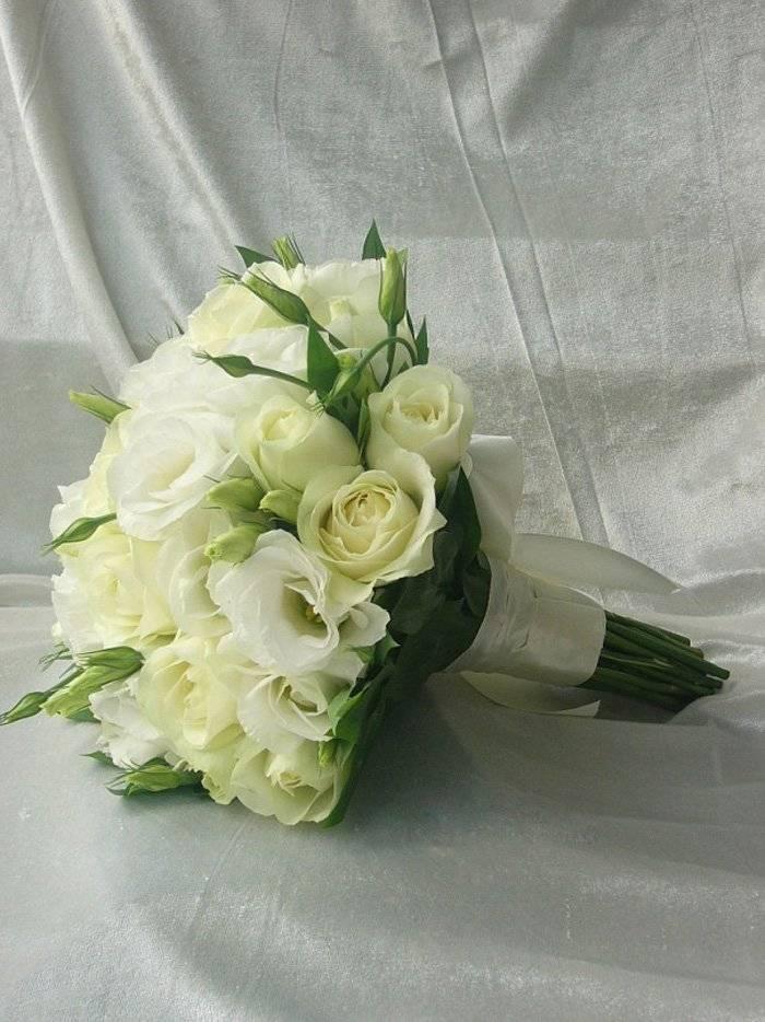 Свадебный букет из роз, фрезий и эустомы