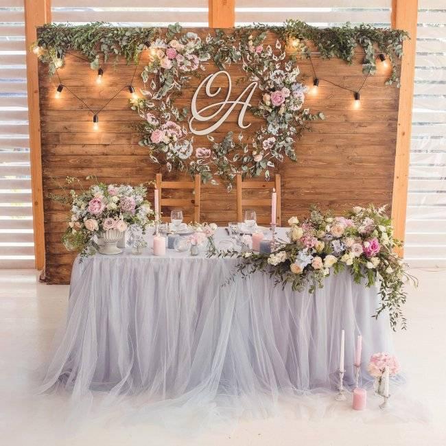 Оформление свадебного стола (68 фото): сервировка стола для жениха и невесты, идеи оформления блюд для молодоженов, как правильно рассадить гостей на свадьбе