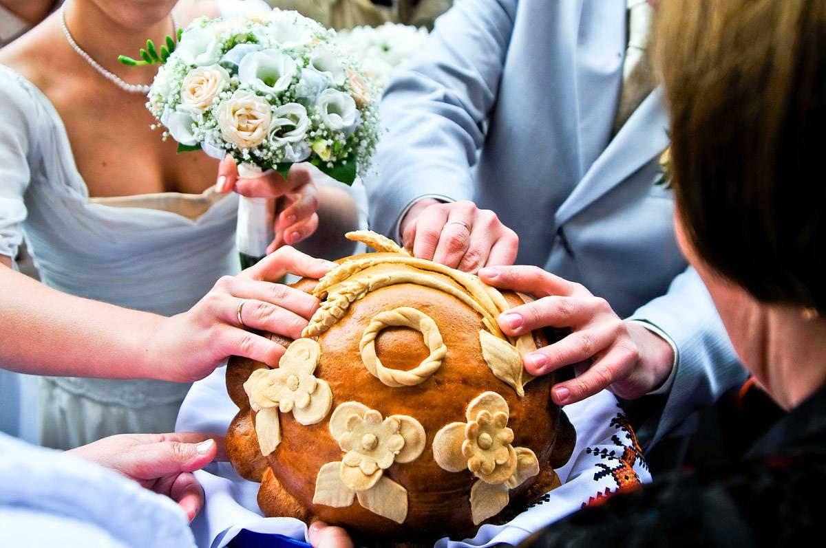 Каравай на свадьбу: традиции, приметы и советы молодым