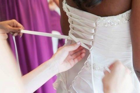 Как зашнуровать корсет на свадебном платье и правильно его завязать? 10 фото