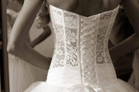 Как завязывать корсет на свадебном платье?