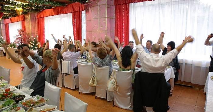 Прикольные и веселые конкурсы на свадьбу за столом
