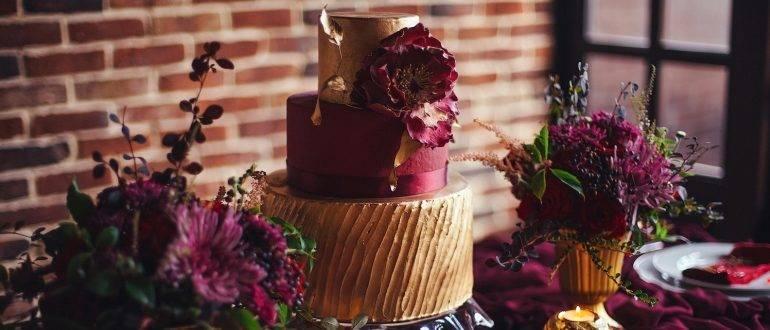 Бордовый свадебный торт