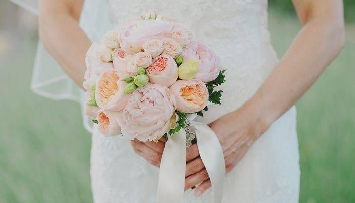 В руках невесты