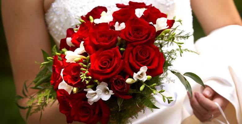 Свадебный букет невесты из роз: белых, красных, розовых (фото)