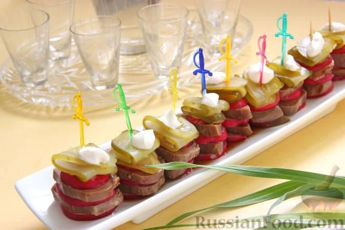 Фуршет на свадьбу (38 фото): свадебный фуршетный стол дома у невесты или жениха, выездной фуршет вместо банкета, меню закусок