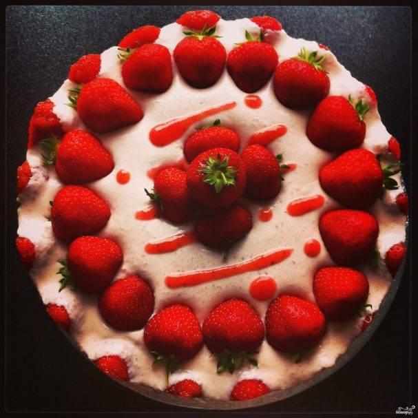 Свадебный торт с ягодами (49 фото): ягодный десерт на свадьбу, украшенный фруктами и цветами