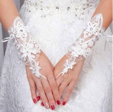 Выбор свадебных перчаток для невесты: короткие, длинные, с кружевами