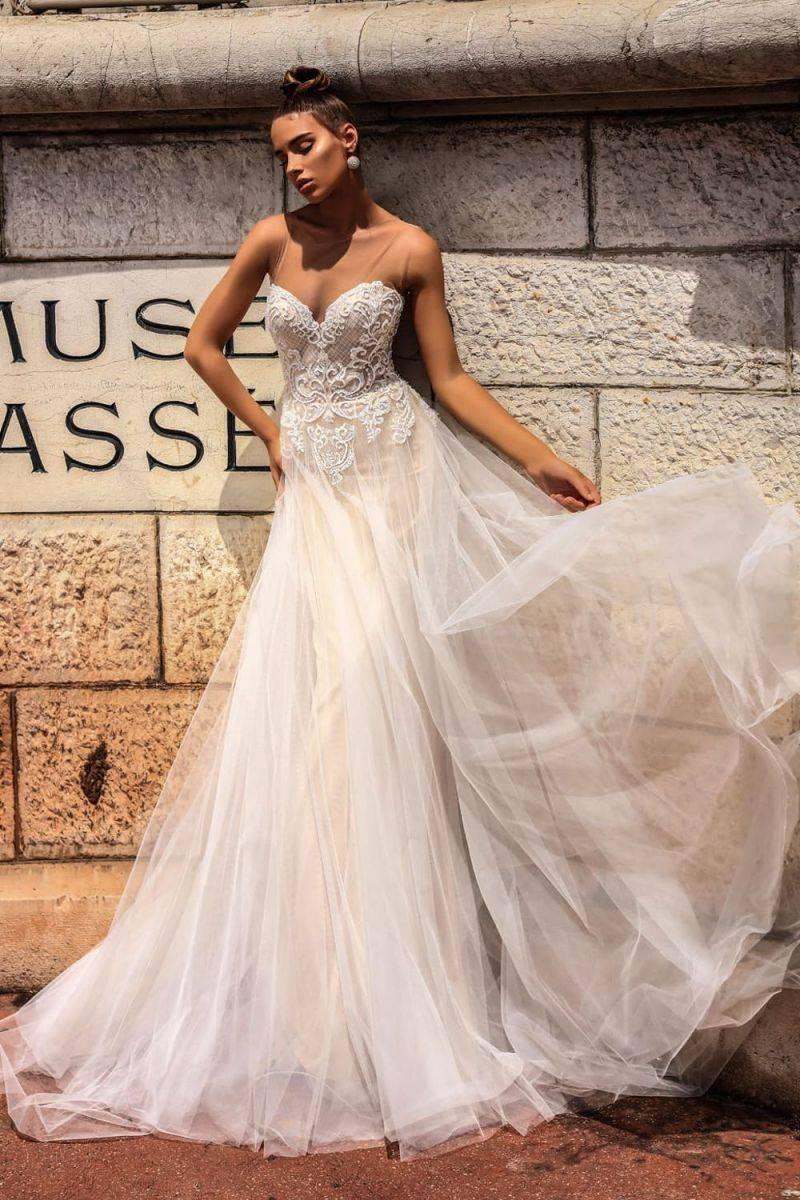 Платье из фатина – оригинальный наряд в повседневном образе
