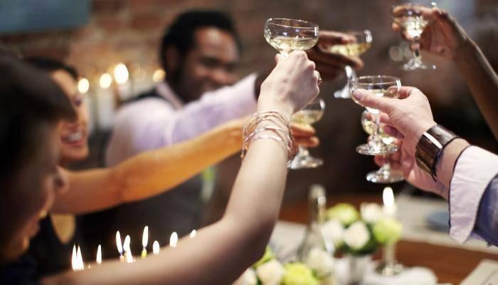 Конкурсы на свадьбу за столом: 7 застольных игр для гостей