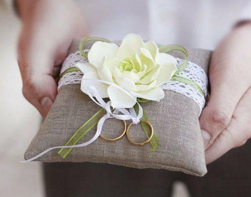 На чем подают кольца в загсе: шкатулка или подушечка для колец на свадьбу