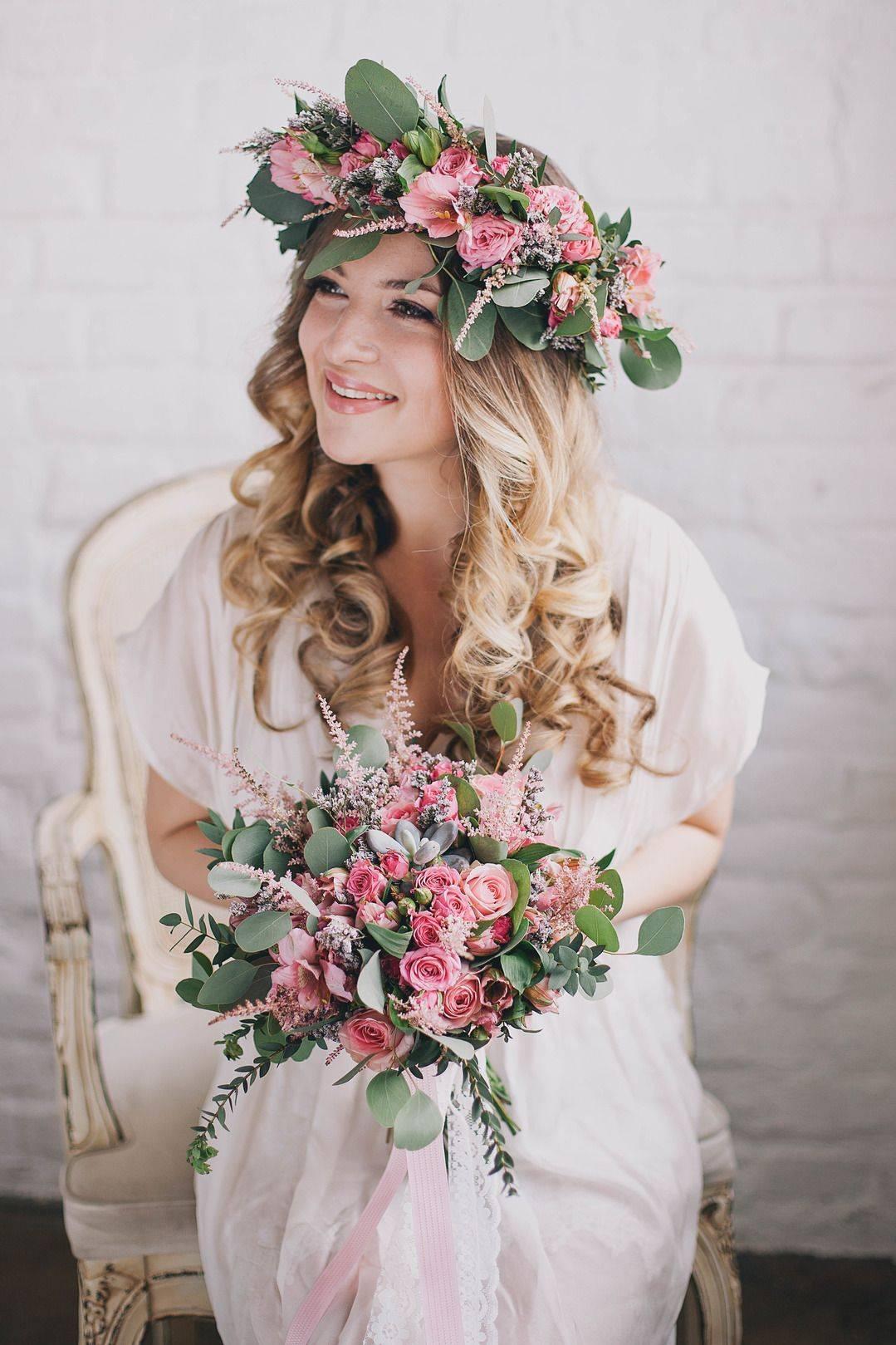 Свадебный венок на голову – свадебный образ с венком из цветов, ягод, лент, с перьями