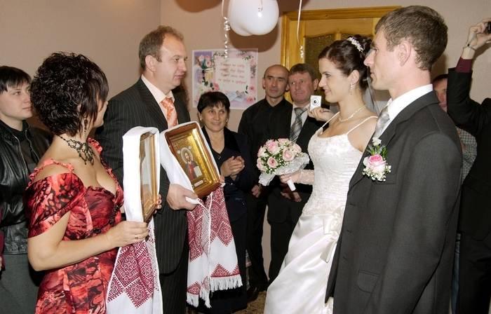 Слова благословения мамы на свадьбе. когда нужно благословлять молодых? что делать невесте и жениху с иконами после бракосочетания