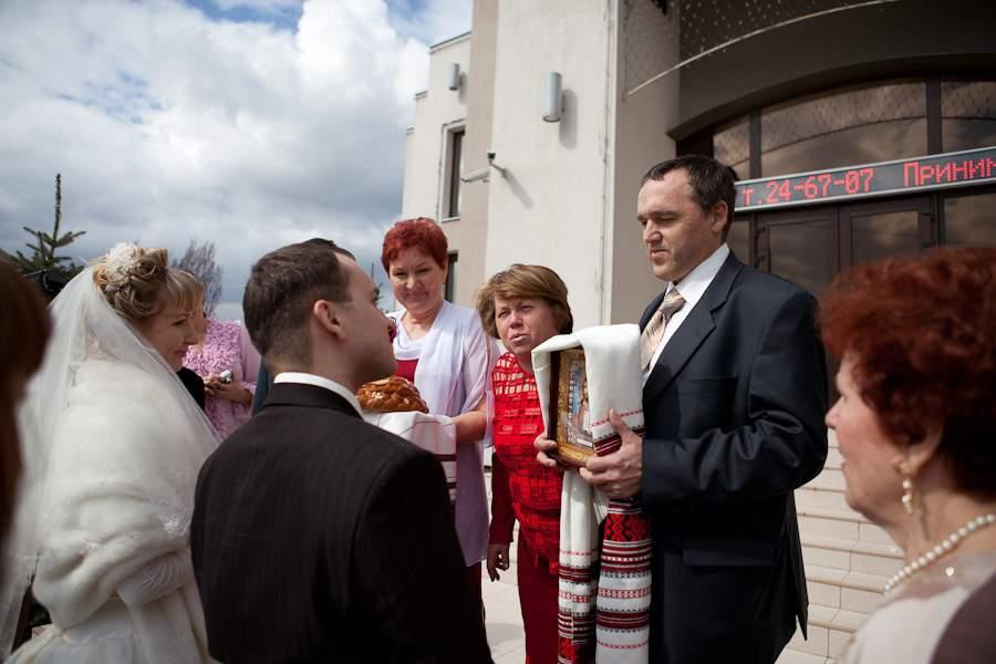 Как встречать родителям молодых после загса. как благословить молодых перед свадьбой: кто должен благословить, какой иконой, что нужно говорить, благословляя молодых, когда и где это делать