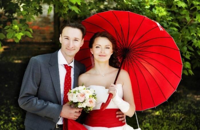 Свадьба в красных цветах — самые шикарные дизайнерские идеи + 74 фото