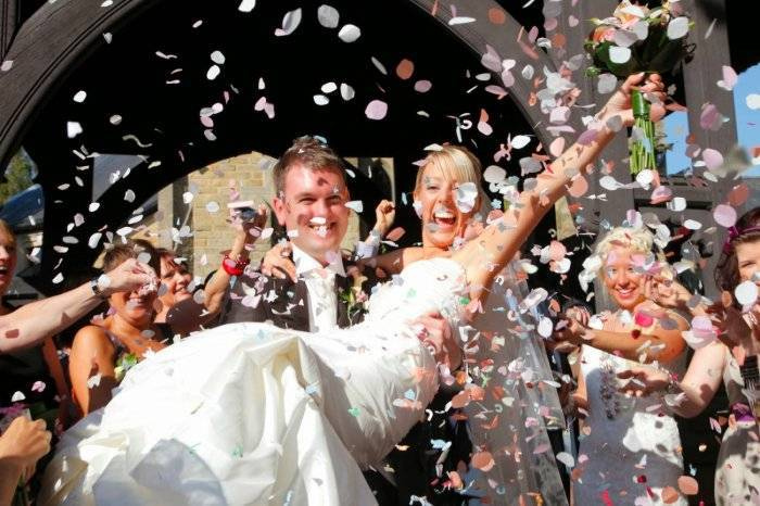 Слова встречи молодых с караваем на свадьбе и истоки этой древней традиции