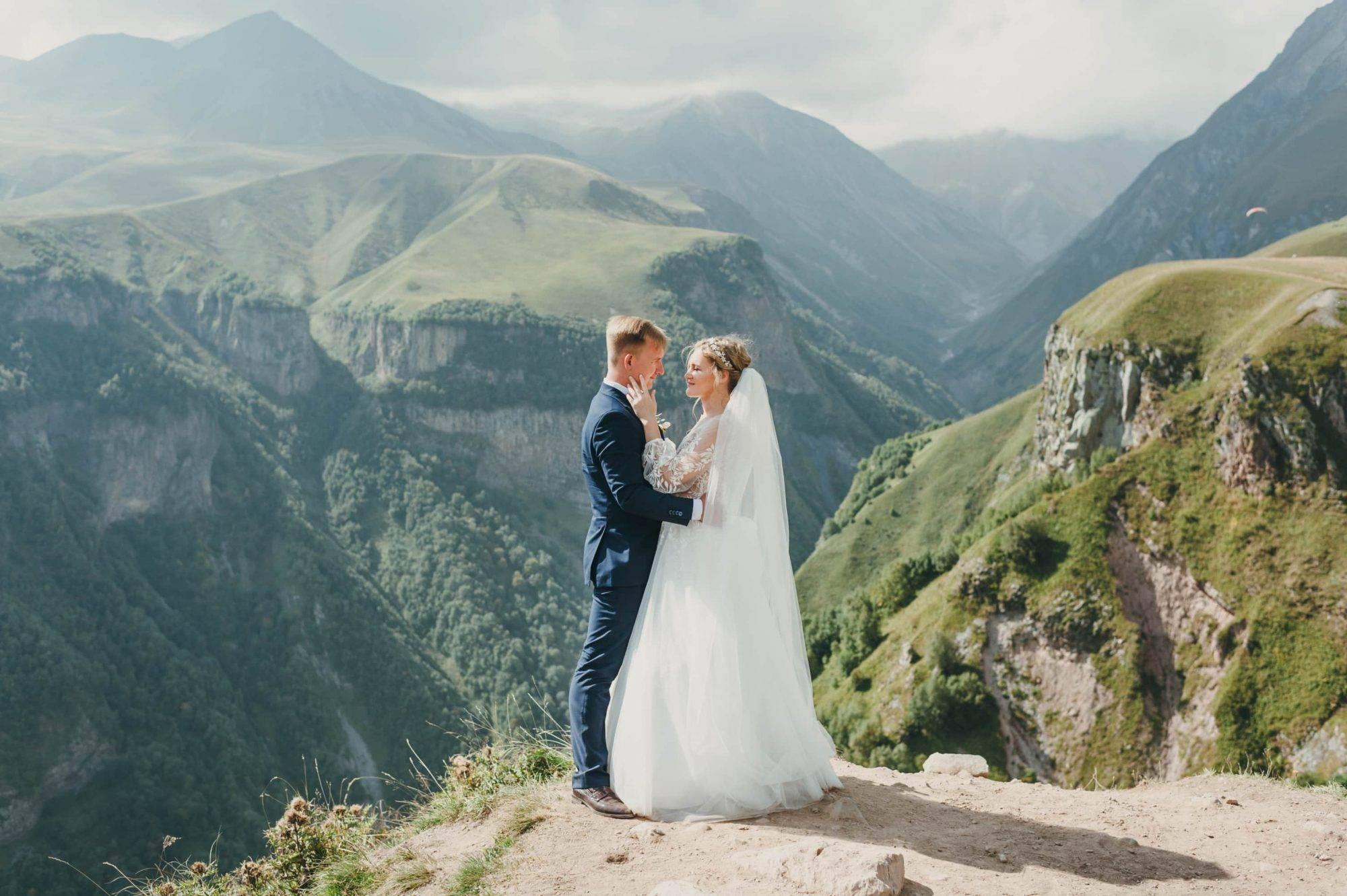 Свадебная фотосессия на природе (51 фото): идеи для съемки в лесу и в поле в день свадьбы для жениха и невесты