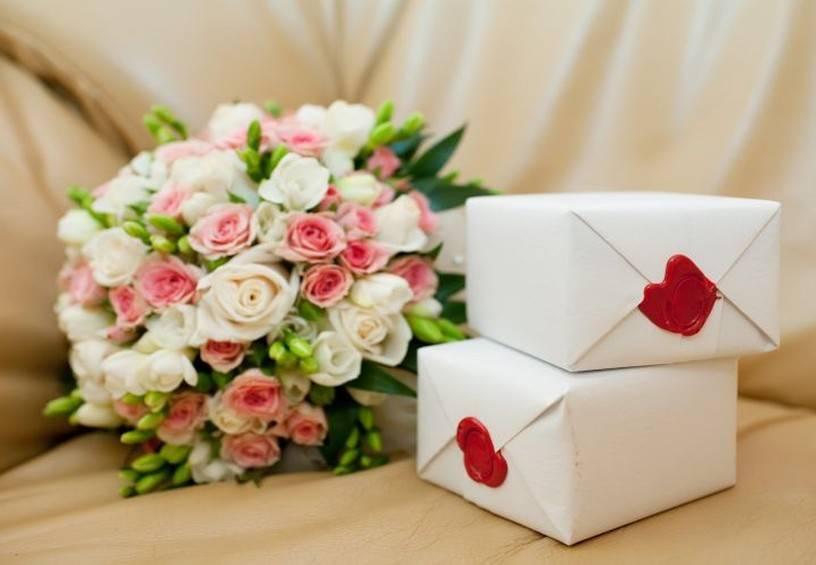 Прикольные подарки на свадьбу молодоженам: идеи и фото