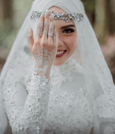 Свадебный наряд мусульманской невесты и другие детали ее образа: хиджаб, украшения, букет, макияж