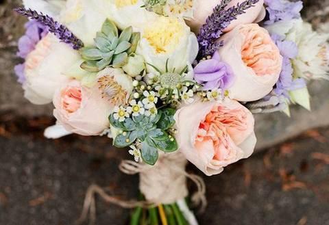 Фиолетовый букет невесты (67 фото): свадебный букет в бело-сине-фиолетовых тонах, с сиреневыми и нежно-желтыми цветами на свадьбу