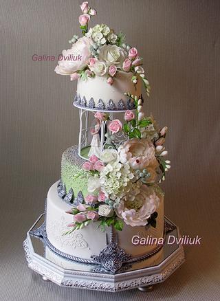 Свадебный торт  белый с красными розами