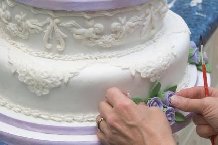 Фигурки на свадебный торт (36 фото): статуэтки жениха и невесты из мастики на торт, идеи оформления десерта с пряничными топперами