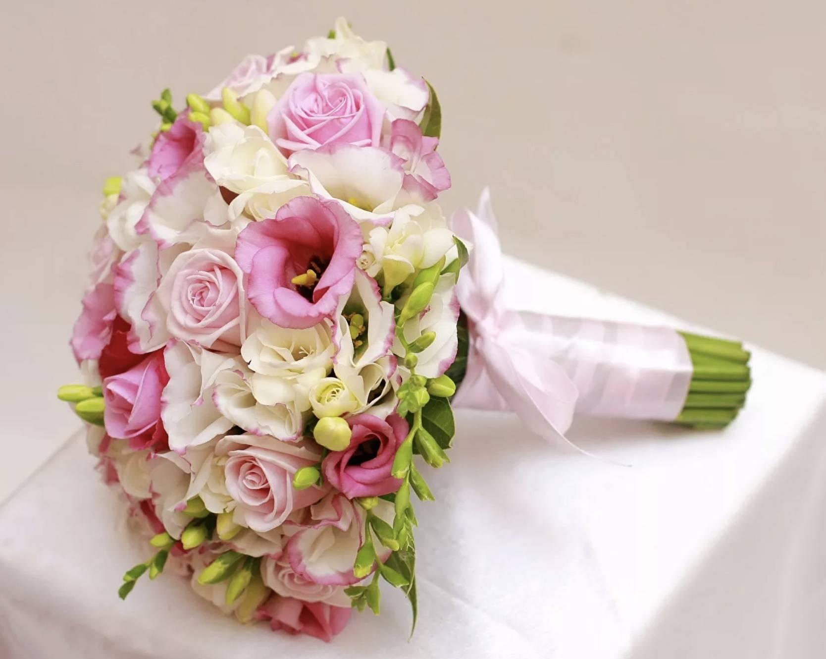 Свадебный букет из эустомы (52 фото): выбираем букет для невесты из эустом с белыми розами, фиолетовыми фрезиями, альстромериями и гортензиями, значение цветов
