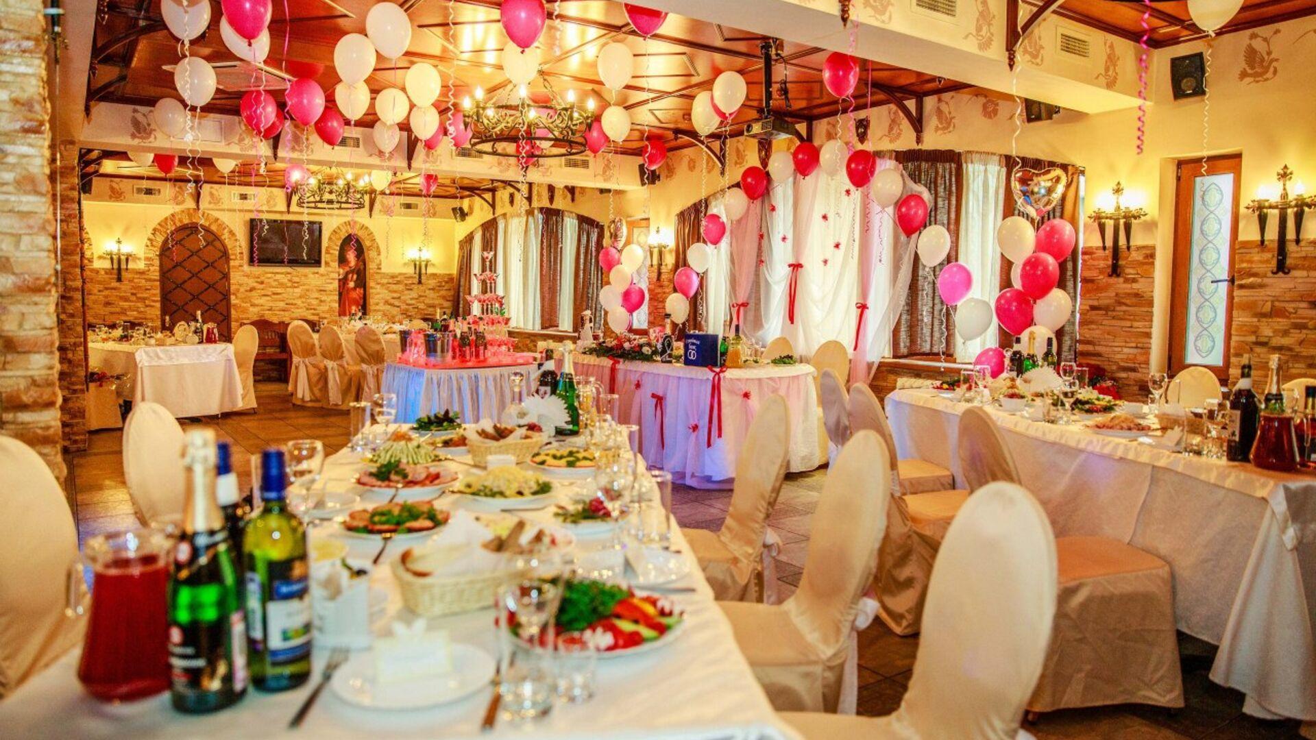 Украшение зала шарами на свадьбу – фото