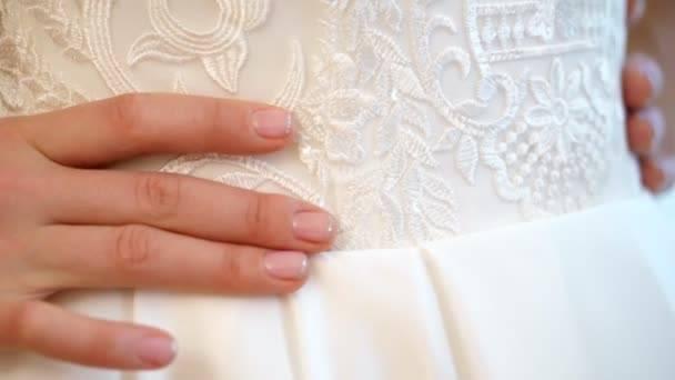 Особенности свадебного маникюра 2020 года для невесты - фото новинки, крутые идеи, советы по цветовой палитре