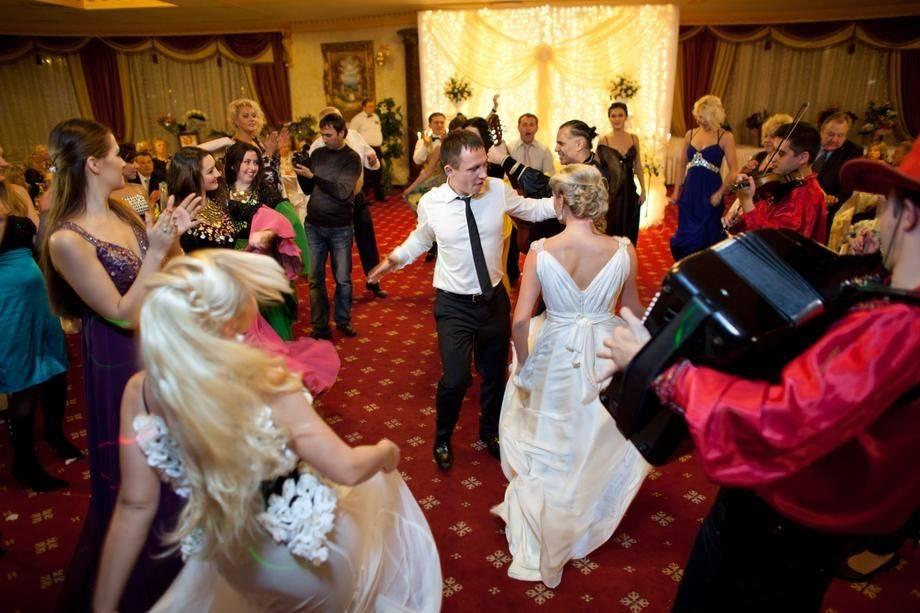 Простые конкурсы на свадьбу без тамады и реквизита