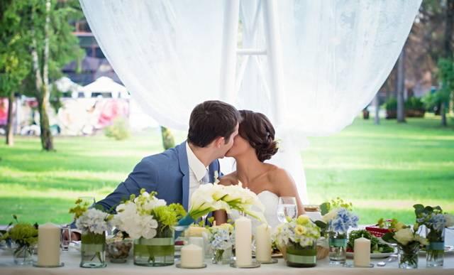Белые свадебные платья: пышное, классическое длинное и короткое, с красным, с черным