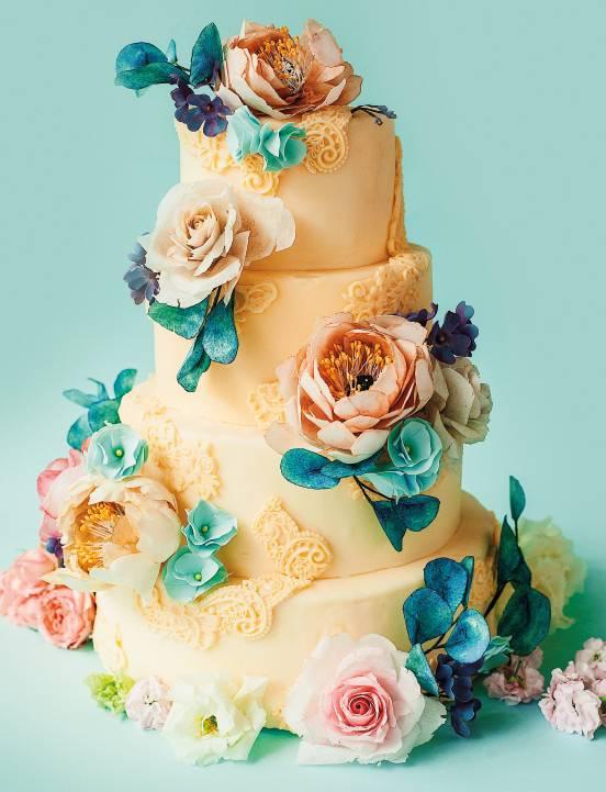 Торт с живыми цветами на свадьбу