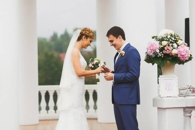 Свадьба в голубом цвете (62 фото): идеи оформления свадебного фона бело- и нежно-, серо- и небесно-, сине- и персиково-голубых тонах