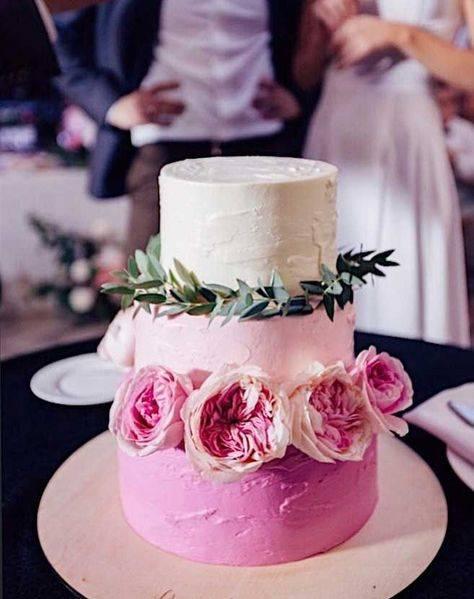 Свадебные торты с живыми цветами: особенности и возможные варианты