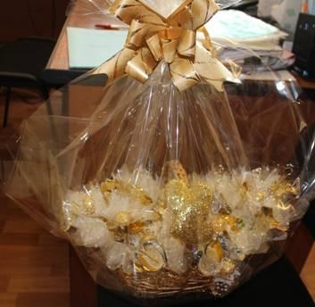 Что подарить родственникам или друзьям на золотую свадьбу