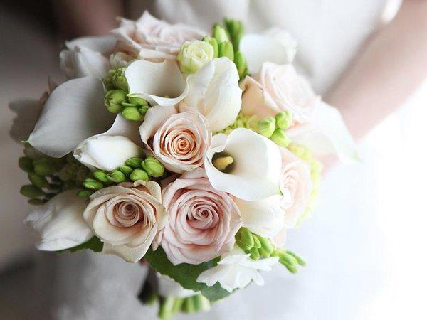 Свадебный букет из эустомы – грация и шарм необычных бутонов