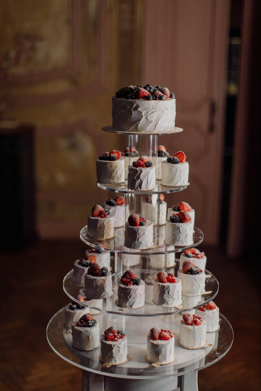 Свадебный торт с капкейками (28 фото): десерт на свадьбу с пирожными в виде сердца на подставке