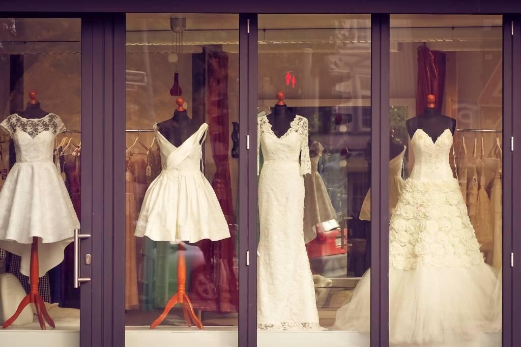 Платья из шелка – длинное, короткое, вечернее, свадебное, летнее, рубашка, с запахом, цветочным принтом, с кружевом, комбинация, белое, красное, черное