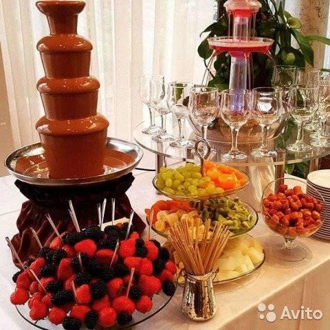 Шоколадный фонтан на свадьбе: 6 вариантов включить это лакомство в торжество