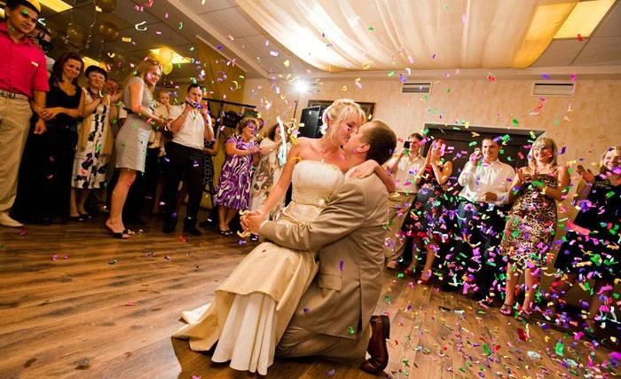 Почему кричат «горько» на свадьбе молодоженам, а кому-то кричат «кисло» и «сладко»?